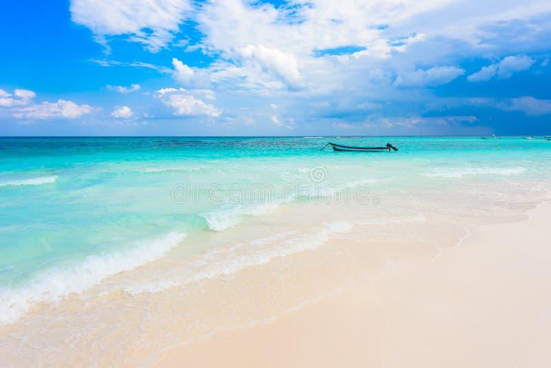 brzęczenia Wyrzucać na brzeg - łódź przy pięknym karaibskim wybrzeżem Meksyk, Riviera majowie - zdjęcie stock
