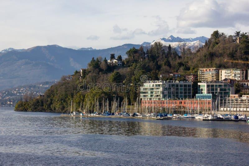 brzeg jeziora deptak przy lago maggiore wiosny słonecznym dniem fotografia royalty free