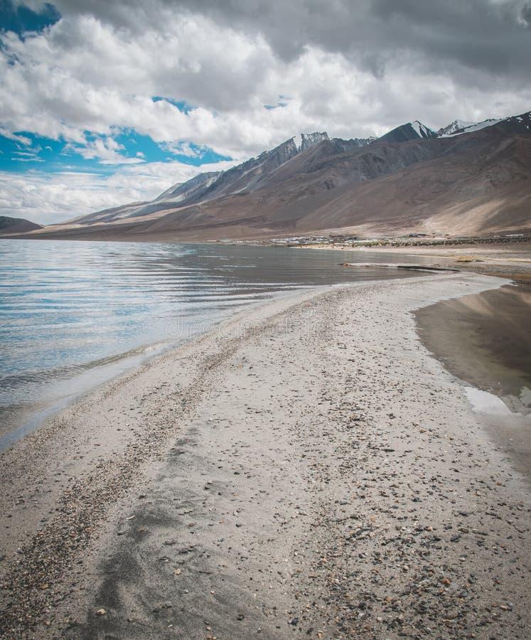 brzeg otaczający gór chmurnymi niebami dużej wysokości jezioro fotografia royalty free