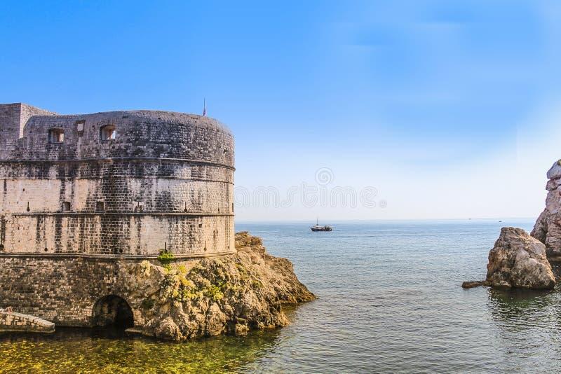 Brzeg przy Dubrovnik stawia czoło Adriatyckiego morze obrazy stock