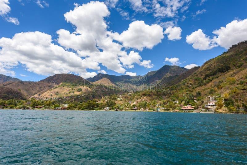 Brzeg Santa Cruz los angeles Laguna przy Jeziornym Atitlan w vulcano krajobrazie Gwatemala zdjęcia stock
