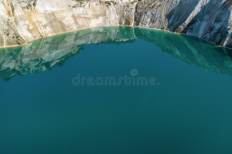 Brzeg stary zalewający łup W jeziorze woda jest błękitna zdjęcie stock
