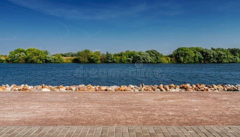 Brzeg wzmacniający kamienną ścianą piękny pejzaż miejski fotografia royalty free
