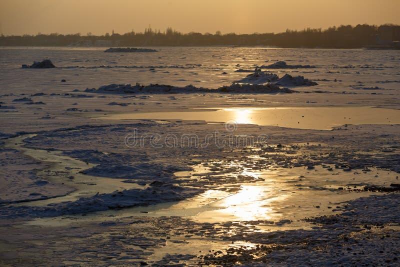 Brzeg zamarznięty morze w zimie, lodowe muldy przy zmierzchem Krajobraz Azov morze w zimie obrazy stock