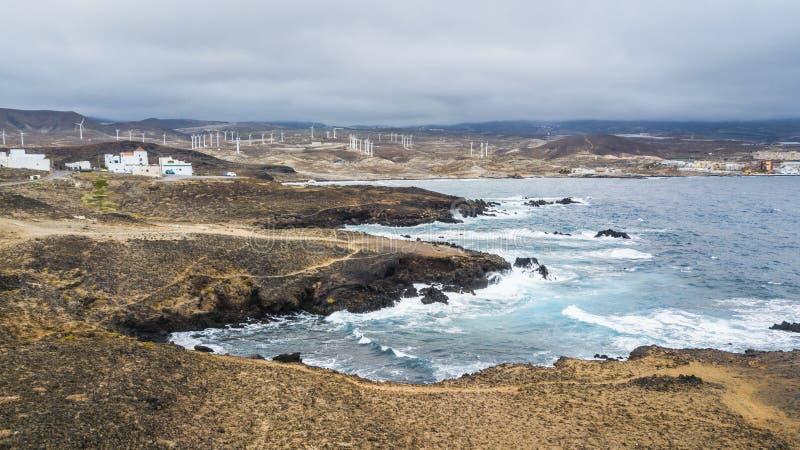 Brzegowe ocean fale doskonalić dla kipieli aktywności lub pięknego scenicznego krajobrazu silna ocean władza i wiatrowi młyny w t fotografia royalty free