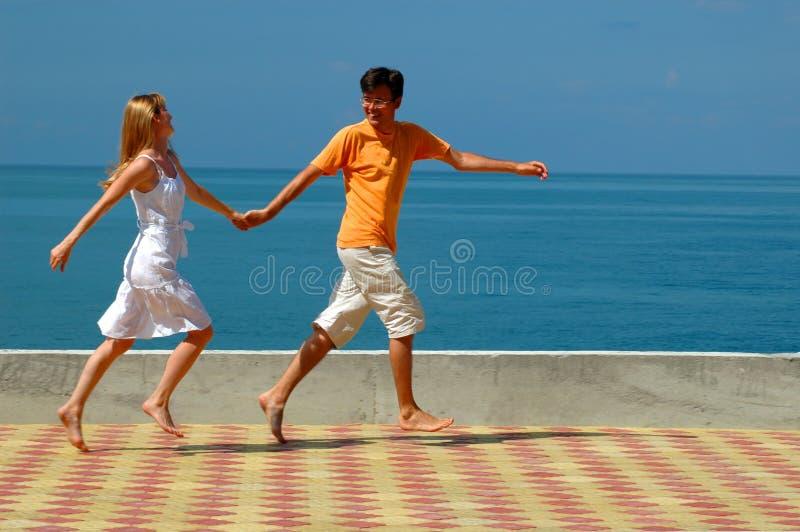 brzegowej pary szczęśliwy bieg obrazy stock