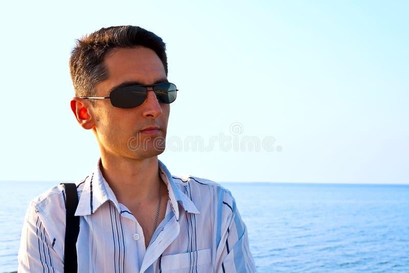 brzegowi mężczyzna morza potomstwa zdjęcia stock