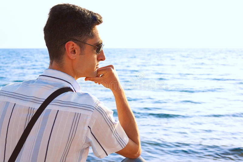 brzegowi mężczyzna morza potomstwa zdjęcie royalty free