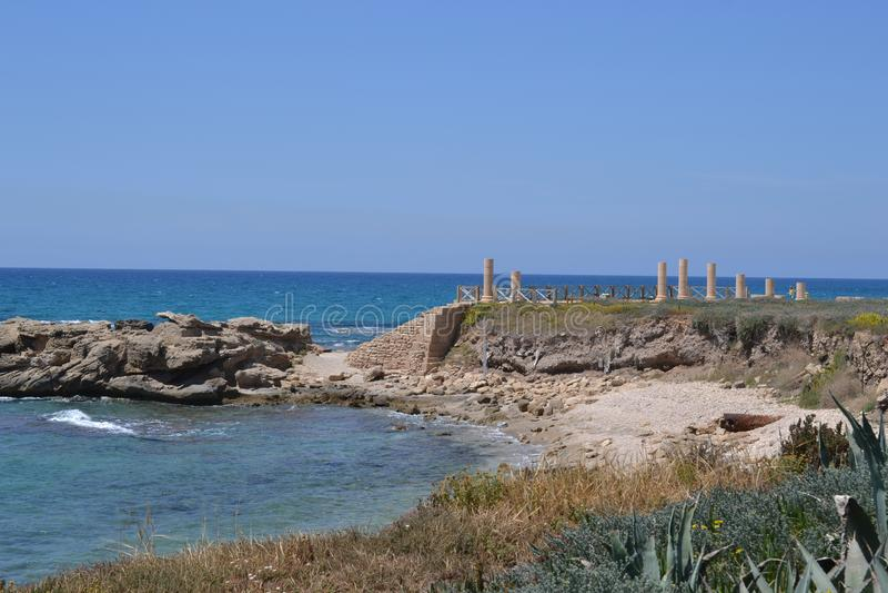 Brzegowy krajobraz Caesarea Maritima, morze śródziemnomorskie, Izrael zdjęcie stock