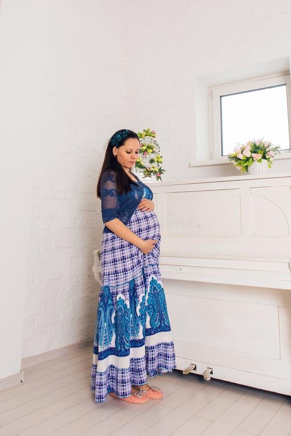 Brzemienność, macierzyństwo, ludzie i oczekiwania pojęcie, - zamyka up szczęśliwy kobieta w ciąży z dużym brzuchem indoors obrazy stock