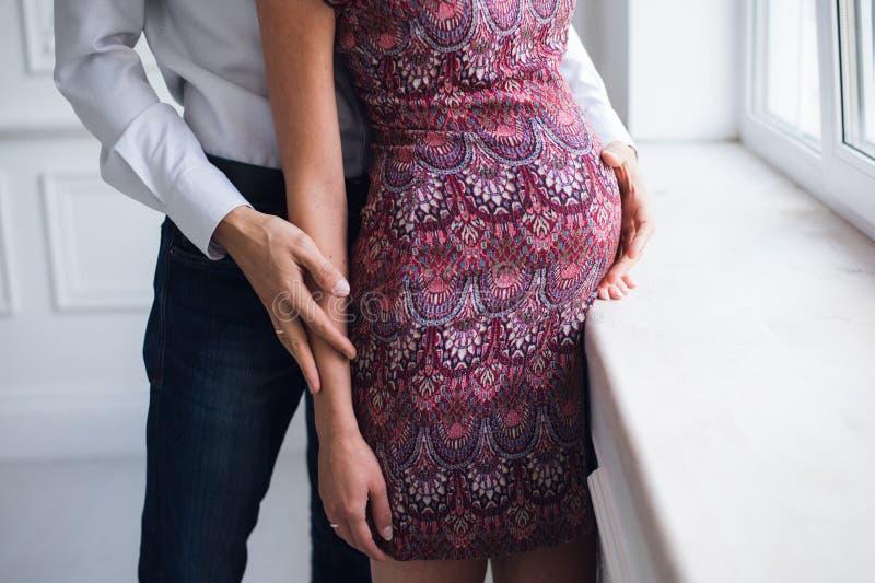 Brzemienność, macierzyństwo, ludzie, oczekiwania pojęcie, zakończenie up szczęśliwy kobieta w ciąży z brzuchem i jej mąż, zdjęcie stock