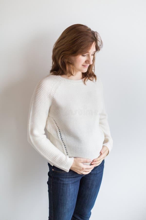 Brzemienność, macierzyństwo, rodzinny pojęcie tam jest potomstwa i ładna kobieta która jest przyglądającym puszkiem, przygotowyw zdjęcie royalty free