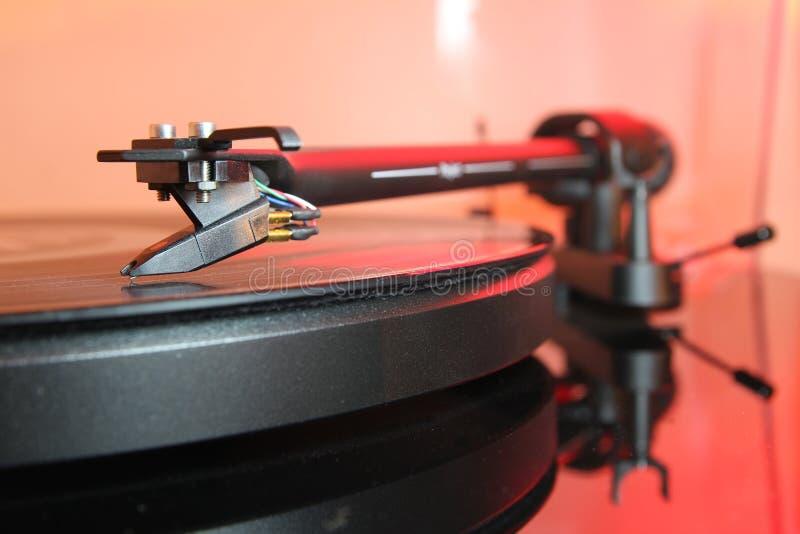 Brzmienie ręka nowożytnego wysokiej jakości turntable dokumentacyjny gracz na winylowym analogu muzyczny LP z czerwonym backlight zdjęcie stock
