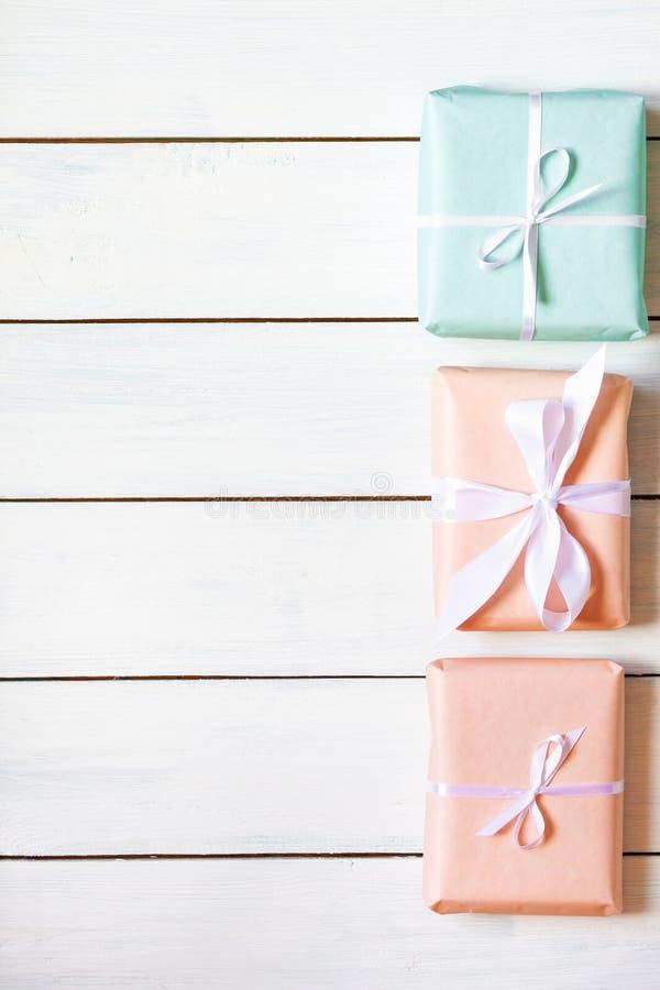 Brzoskwini i mennicy kolorów prezenta pudełka na białym drewnianym tle Naturalne ?wiat?o Bezpłatny miejsce dla twój teksta mieszk zdjęcia royalty free