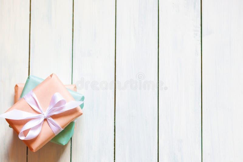Brzoskwini i mennicy kolorów prezenta pudełka na białym drewnianym tle Naturalne ?wiat?o Bezpłatny miejsce dla twój teksta mieszk obrazy stock