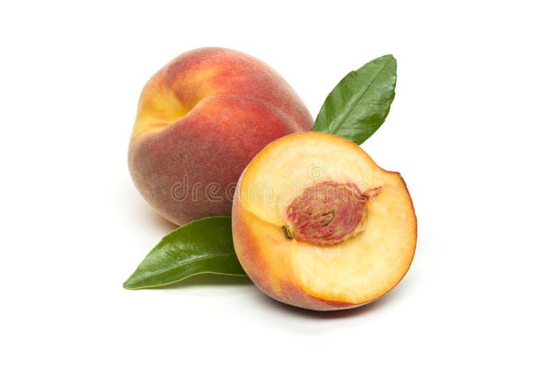 Brzoskwini owoc odizolowywaj?ca na bielu zdjęcia stock