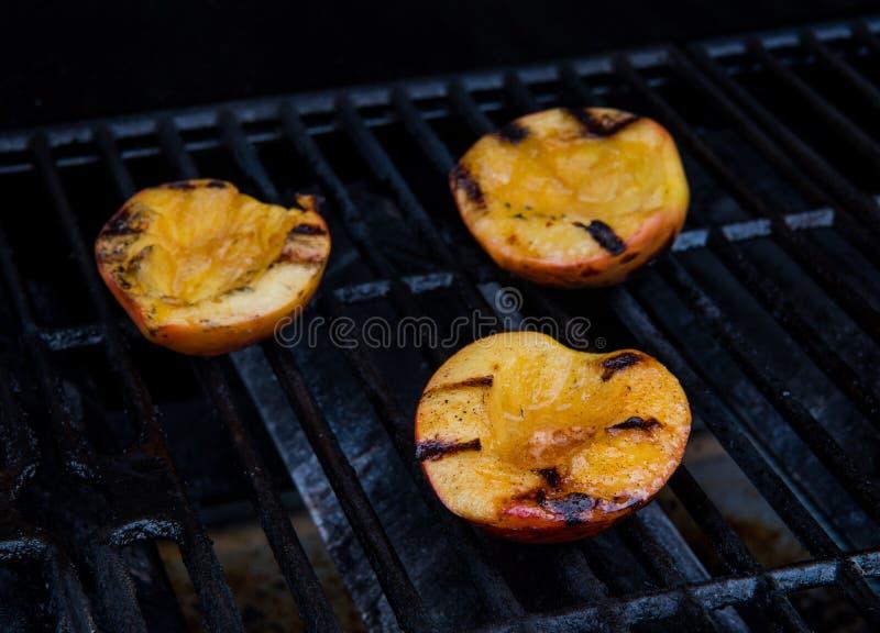 Brzoskwini połówki na grillu fotografia royalty free