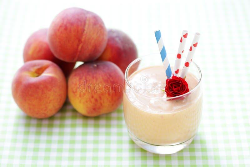 Brzoskwini smoothie zdjęcia royalty free