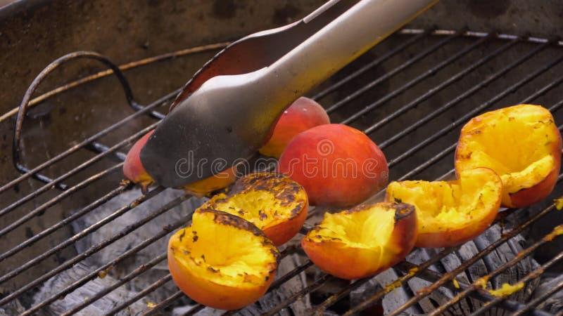 Brzoskwinie na grillu, lata kucharstwo Kulinarne brzoskwinie na grillu fotografia stock
