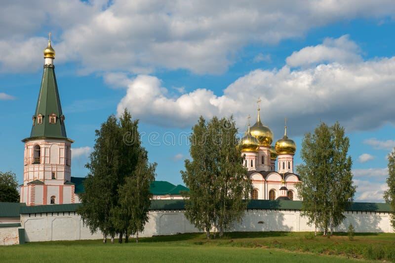 Brzozy przy monaster ścianami obrazy royalty free