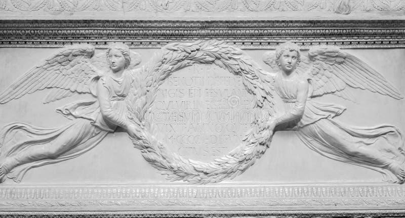 BS-relevo de pedra de dois anjos imagem de stock