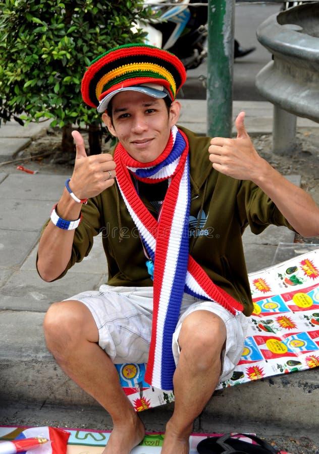 Bsngkok, Thaïlande : Jeunesse thaïlandaise vendant des souvenirs photographie stock libre de droits