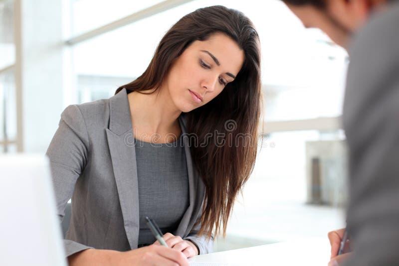 Bsuinesswoman som skriver en rapport arkivfoton