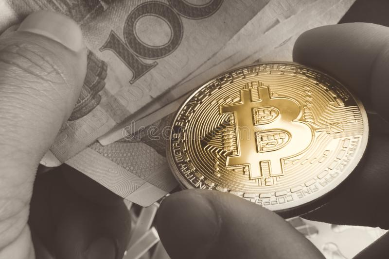 Btc, bitcoin-, ethereum-, litecoins-, krusnings-, guld- och silvermyntutbyte med den fysiska pengar/sedeln, cryptocurrencybegrepp royaltyfria bilder