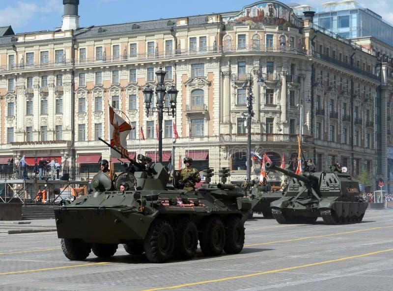 BTR-82是8x8被转动的两栖装甲运兵车,并且2S19 Msta-S是自走152 mm短程高射炮 库存图片