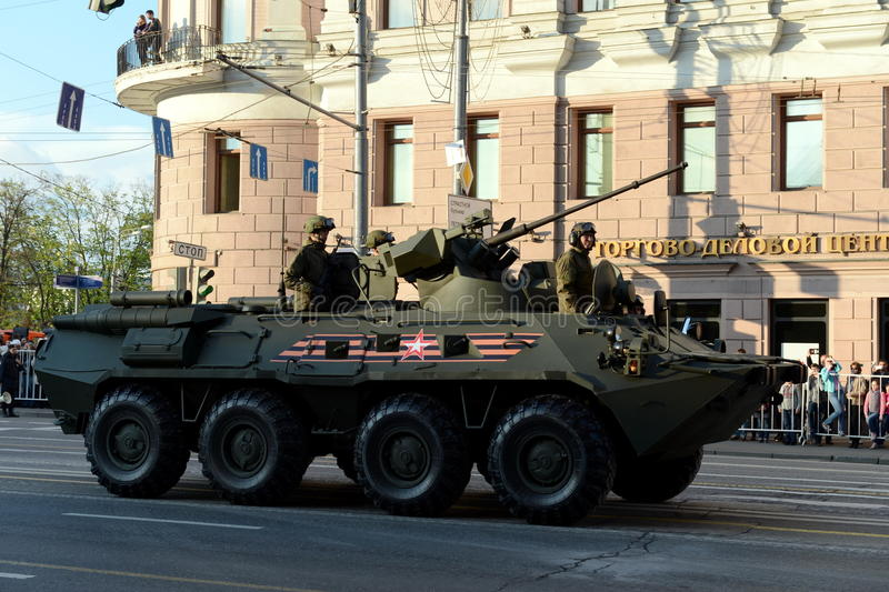 BTR-82是8x8被转动的两栖装甲运兵车(APC) 库存照片