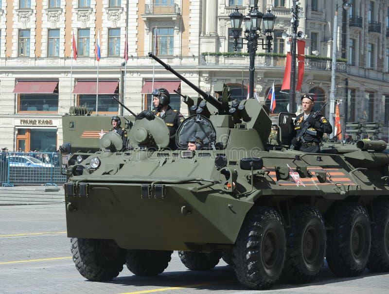 BTR-82A是俄国8x8被转动的两栖装甲运兵车(APC)有海军陆战队员的 免版税图库摄影