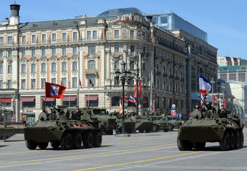 BTR-82A是俄国8x8被转动的两栖装甲运兵车(APC)有海军陆战队员的 免版税库存图片