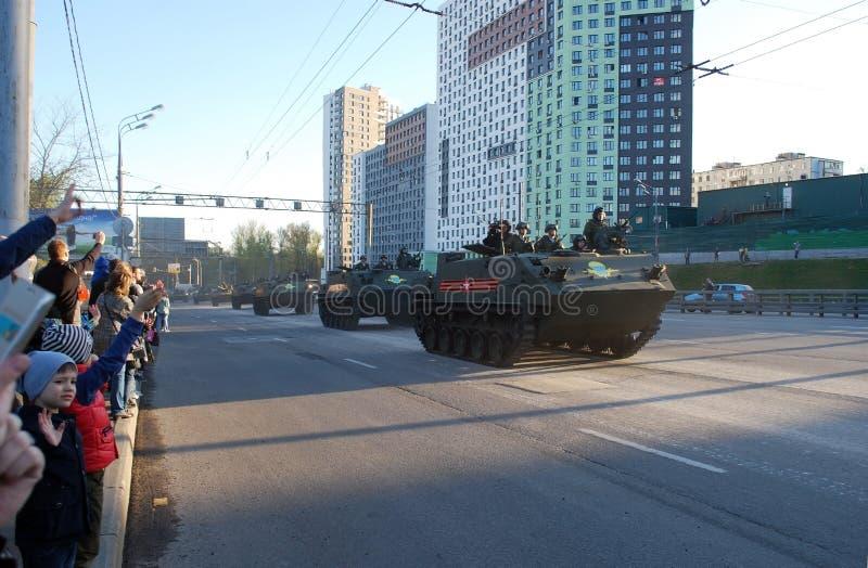 BTR-MDM专栏'壳'与军队的战士在城市四处走动,并且人人群欢迎他们,波浪手 库存照片