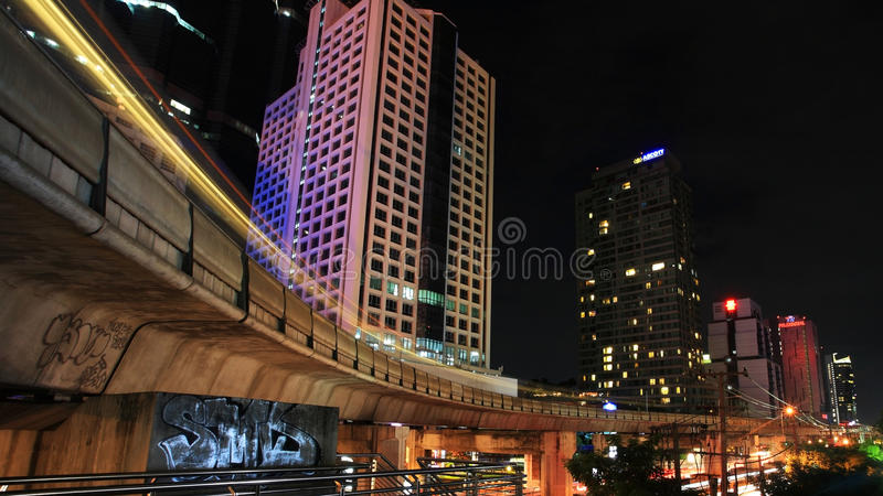BTS erhöhte Schiene am Geschäftsbereich in Bangkok stockbilder