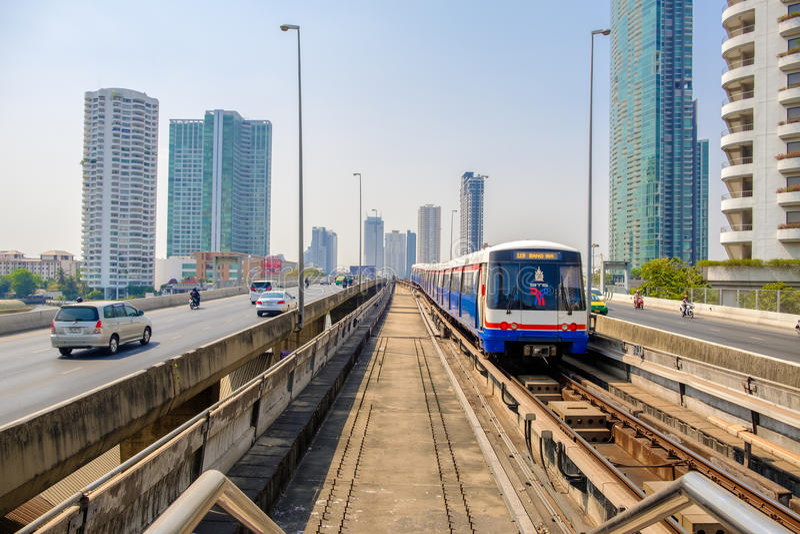 BTS Skytrain είναι ένα εξοικονομητικό χρόνου ταξίδι για τους ανθρώπους στη Μπανγκόκ στοκ εικόνα με δικαίωμα ελεύθερης χρήσης