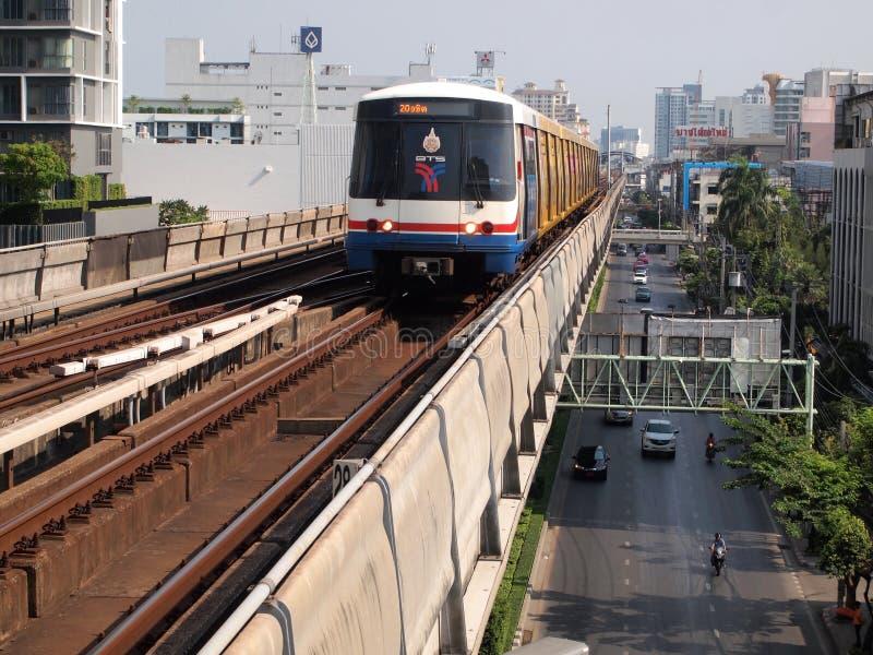 BTS Skytrain bij een post in het stadscentrum als spoornetwerk royalty-vrije stock foto's