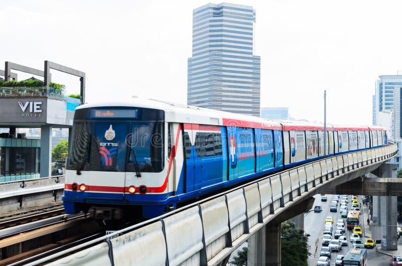 BTS Skytrain en los carriles elevados en Bangkok central foto de archivo libre de regalías