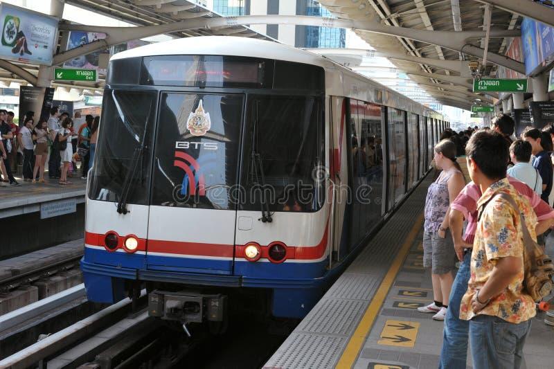 BTS Skytrain kommt zu Station in Bangkok stockfotos