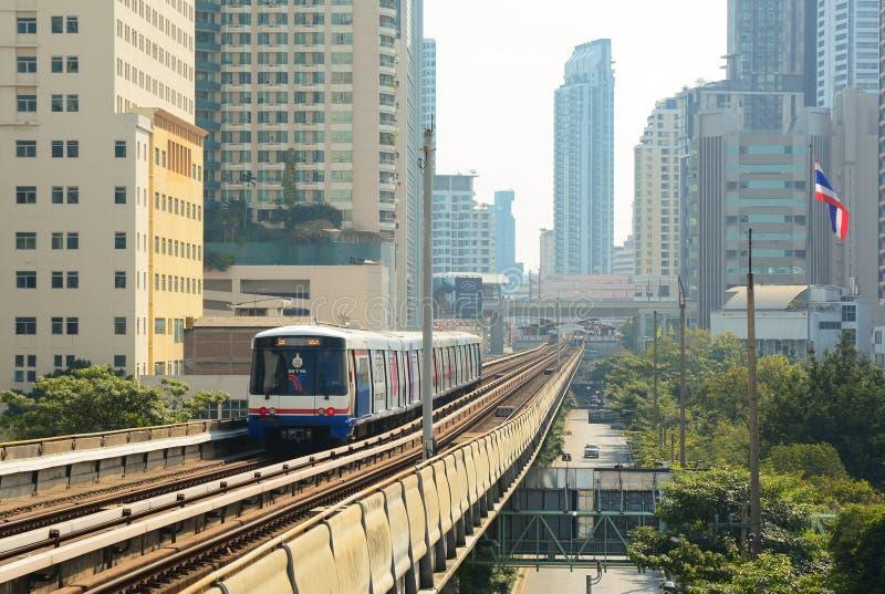 BTS Skytrain sur les rails élevés photographie stock