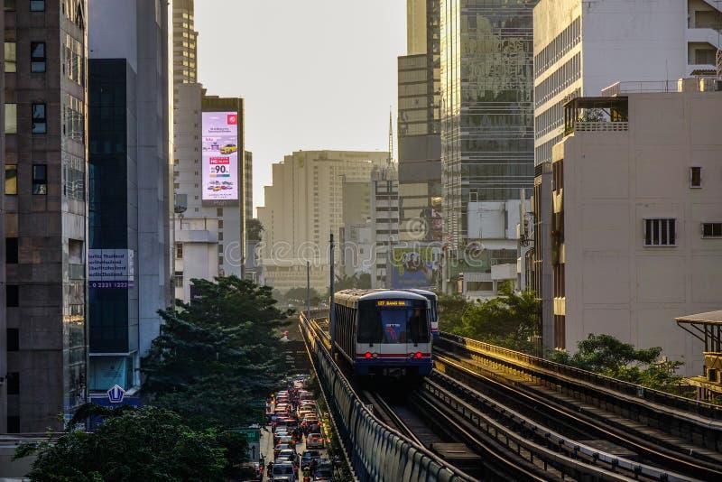 BTSzug auf dem Schienenstrang stockbild