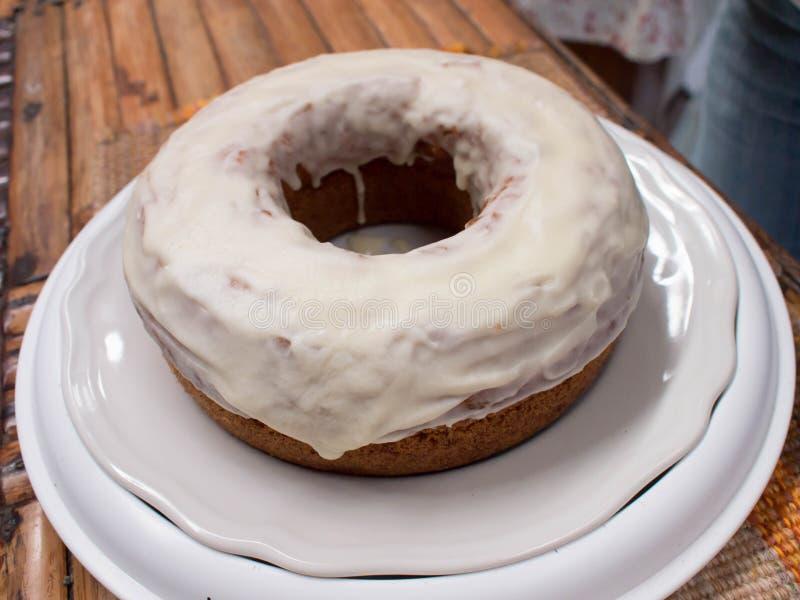 Buñuelo cocido de la calabaza con la formación de hielo del arce del queso cremoso Torta del buñuelo fotografía de archivo