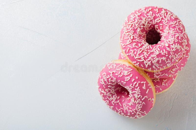 Buñuelo Comida dulce del azúcar de formación de hielo Bocado colorido del postre Esmaltado asperja Invitación de la torta delicio foto de archivo libre de regalías
