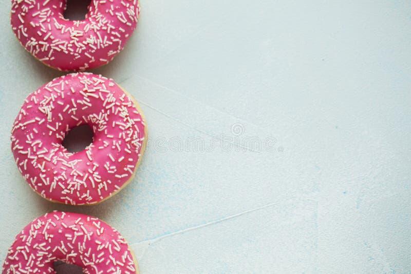 Buñuelo Comida dulce del azúcar de formación de hielo Bocado colorido del postre Esmaltado asperja Invitación de la torta delicio fotos de archivo libres de regalías