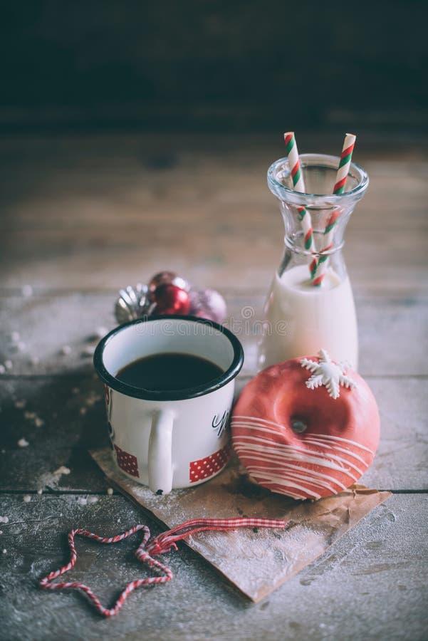 Buñuelo de la Navidad con leche y café foto de archivo