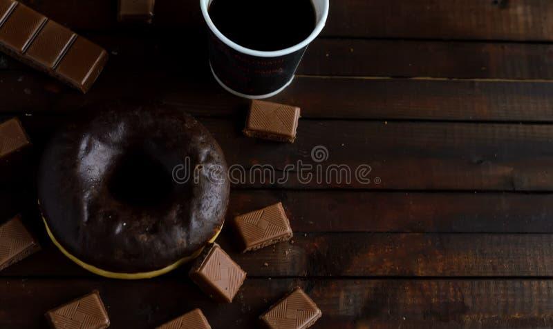 Buñuelo del chocolate con el chocolate del café y con leche foto de archivo