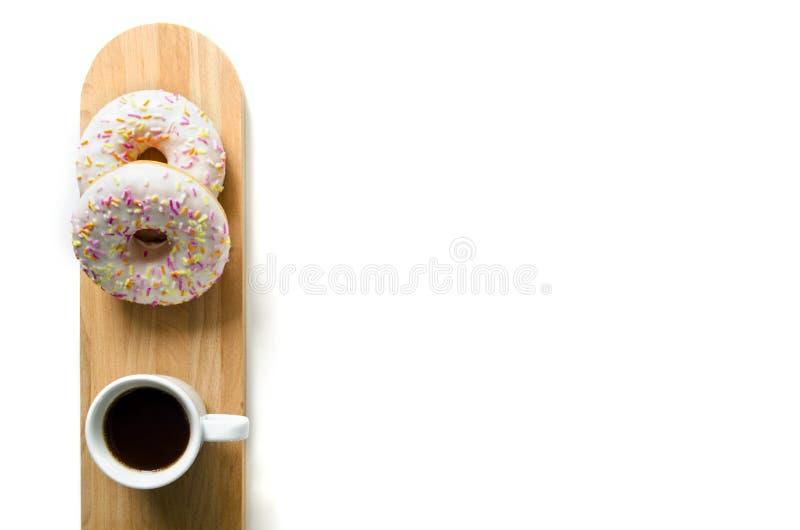 Buñuelo y café en un tablero de madera de la porción Hermoso diseño de la tabla o del desayuno de la mañana fotos de archivo