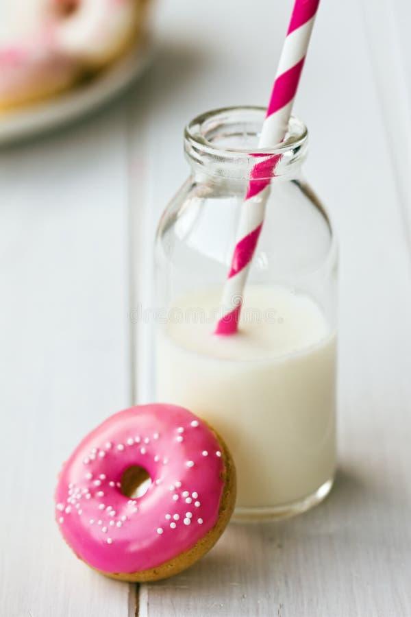 Buñuelo y leche fotografía de archivo