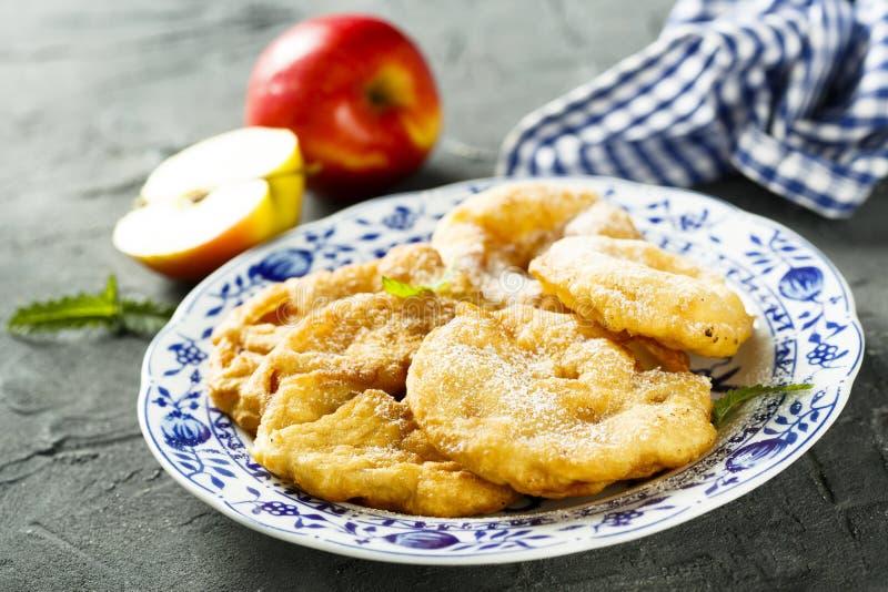 Buñuelos fritos de las manzanas imagen de archivo libre de regalías