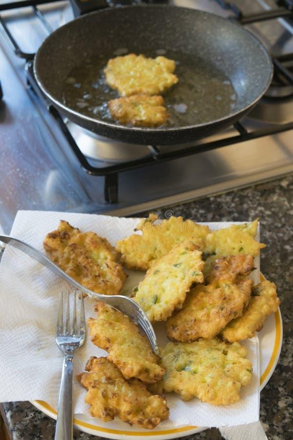 Buñuelos fritos del calabacín imagenes de archivo