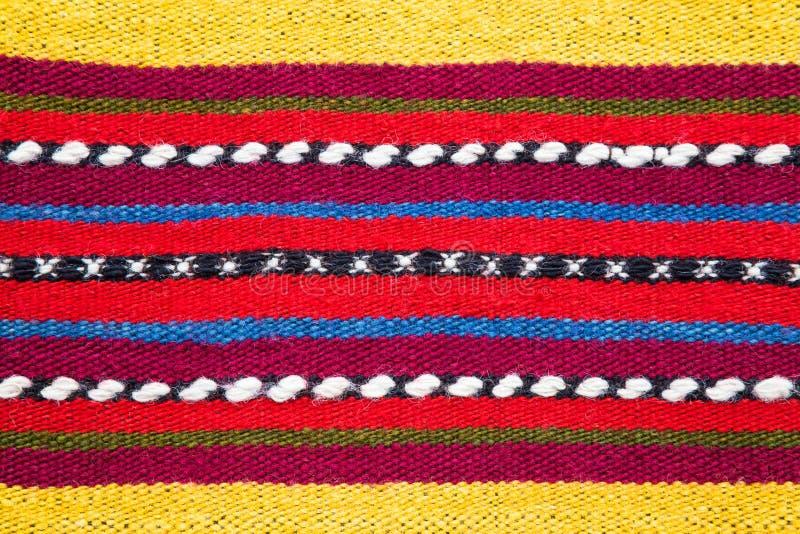 Bułgarska ręka wyplatający włóczkowy dywanik w jaskrawym pasiastym wzorze obrazy royalty free